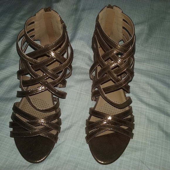 13ba59938 Comfortview Shoes - NWOT ComfortView Mettalic Strappy Sandals 7 1 2M